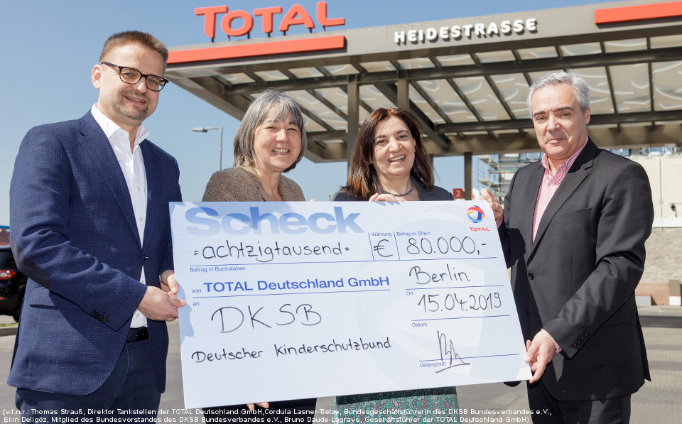 DE-Press-release-scheckuebergabe_total_dksb_960x597_pierreadenis.jpg