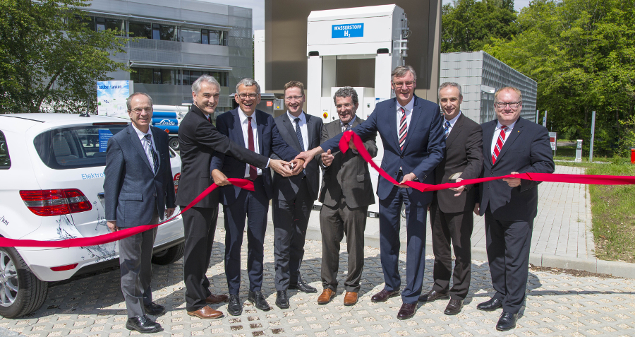 Daimler AG, Linde Group and TOTAL Deutschland advance expansion of the hydrogen infrastructure.